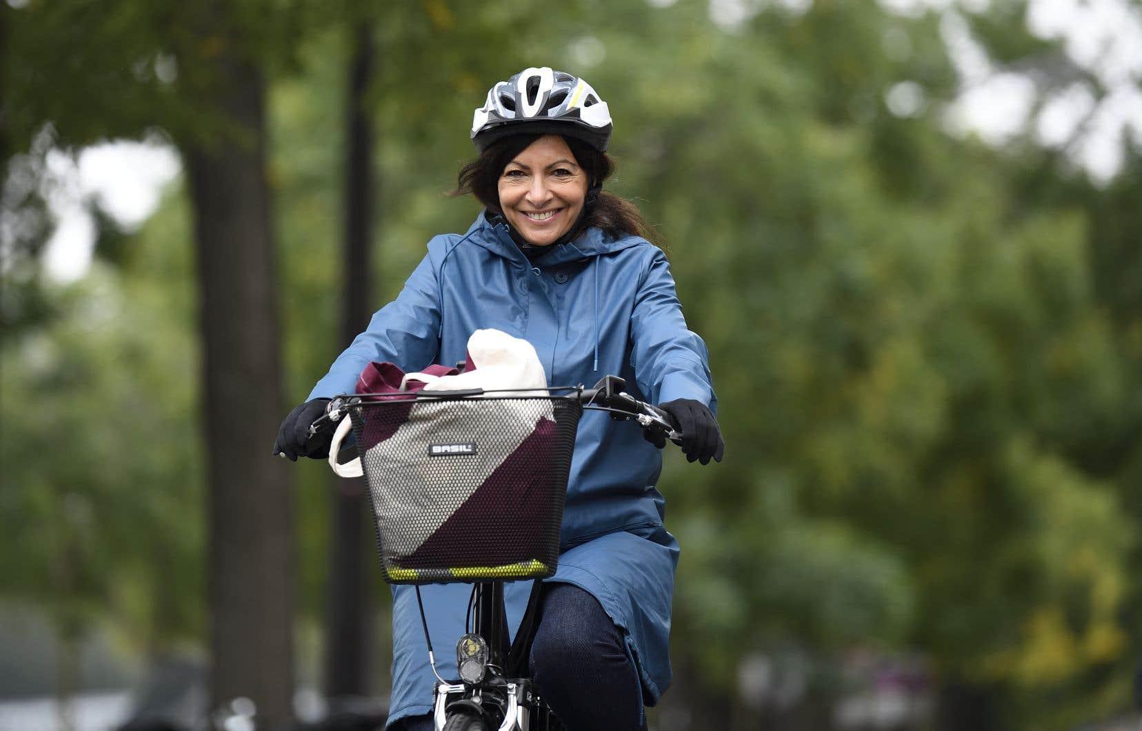 La mairesse Anne Hidalgolors d'un déplacement à vélo vers la place de la Bastille dans le cadre de la journée «sans voiture», le 1er octobre dernier, à Paris.