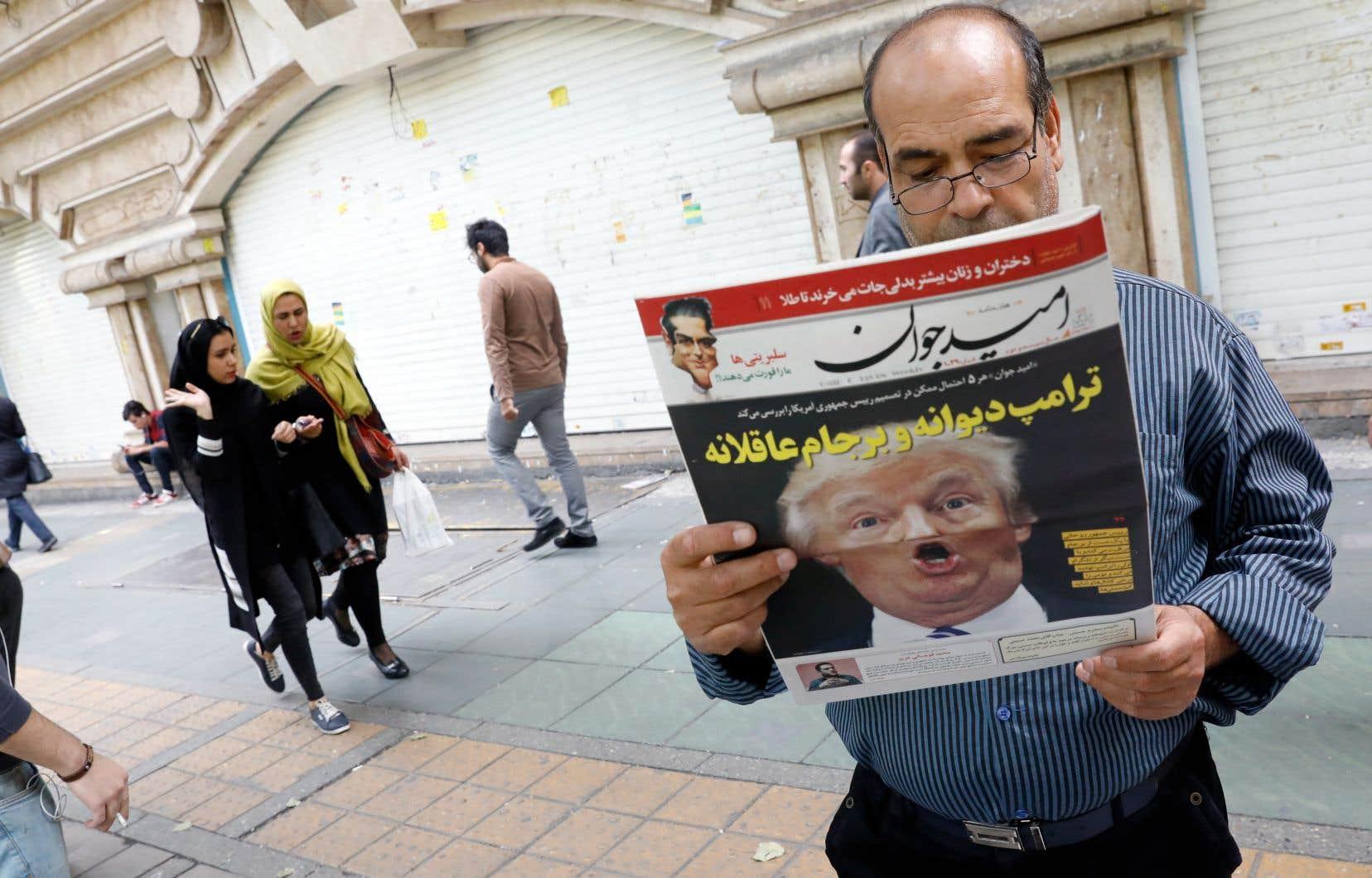 Un homme lit le quotidien «Omid Javan» qui affiche une photo de Donald Trump en manchette, le 14 octobre, à Téhéran.