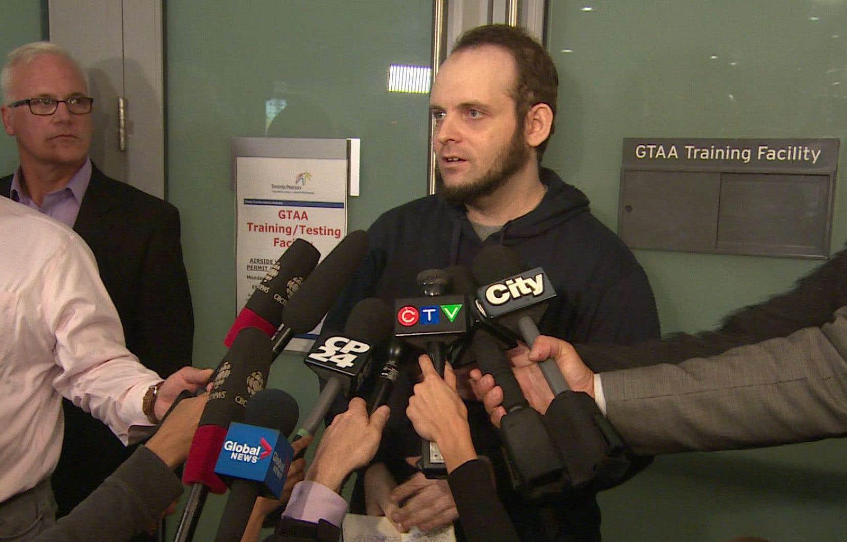 M.Boyle, qui s'est présenté seul devant les caméras, a révélé que sa petite fille avait été tuée et son épouse violée car il refusait de céder à des exigences de ses ravisseurs.