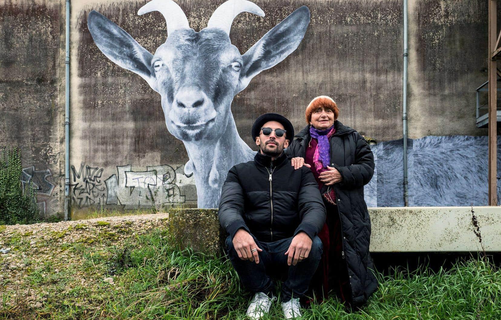 JR et Agnès Varda ont sillonné la France, loin des grandes villes, à bord du camion photographique du premier pour écouter, photographier et parfois afficher les villageois rencontrés.