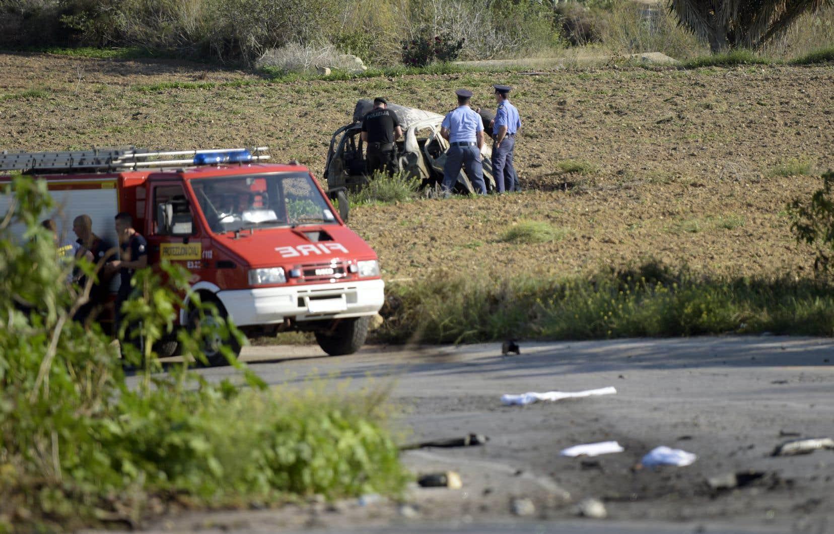 L'explosion a détruit la voiture de Daphne Caruana Galizia, propulsant la carcasse calcinée du véhicule dans un champ voisin.