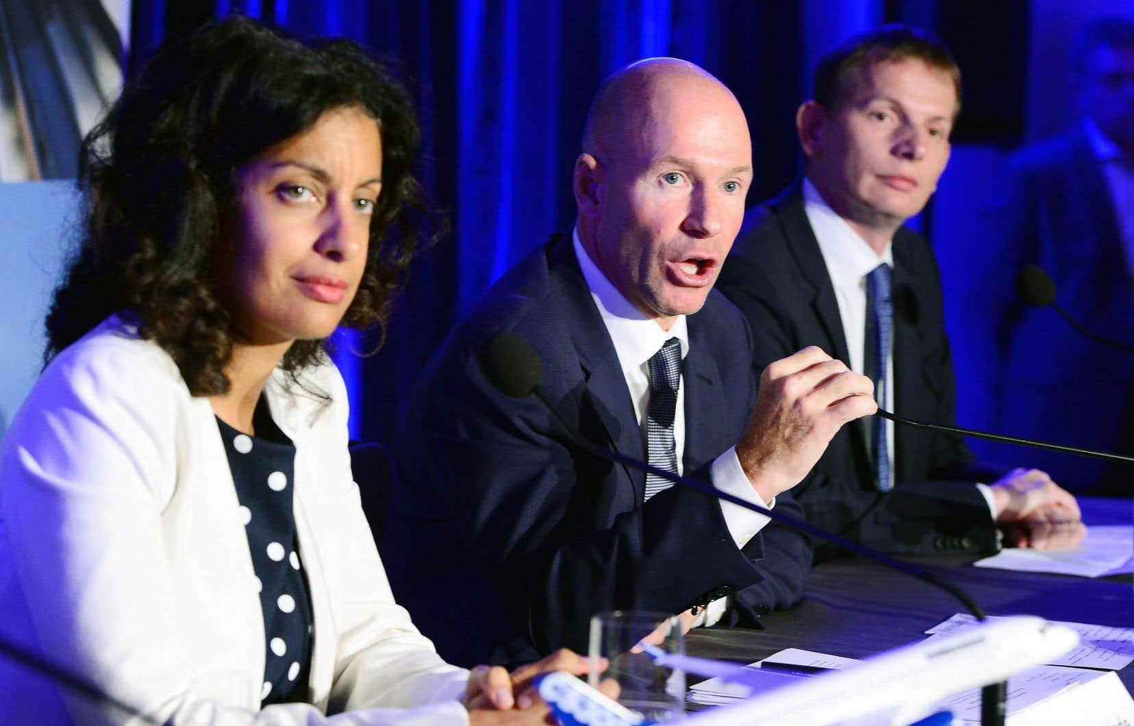 La ministre québécoise de l'Économie, Dominique Anglade, le président et chef de la direction de Bombardier, Alain Bellemare, et le président et chef des opérations d'Airbus pour l'Amérique du Nord, Romain Trapp, lors d'une conférence de presse lundi soir, à Montréal.