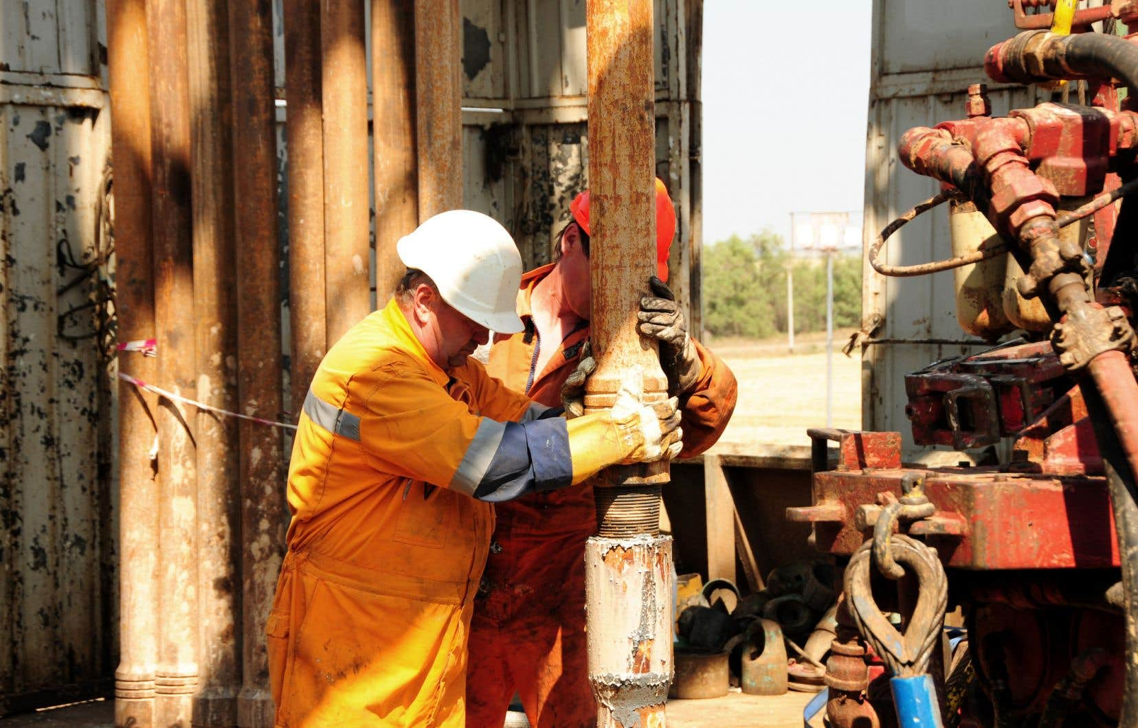 Les droits concédés aux entreprises pétrolières et gazières sont à l'origine d'un affrontement entre le gouvernement Couillard et les 300 municipalités qui souhaitent imposer des règles plus strictes pour la protection des sources d'eau potable dans le cadre des forages.