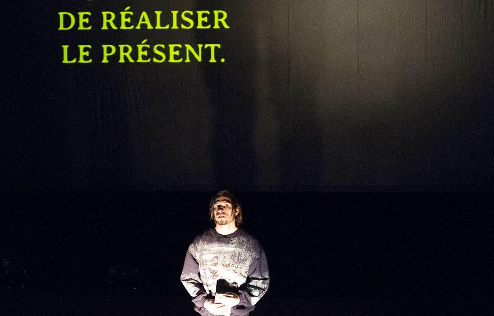 Mélancolique, pour ne pas dire hantée, l'œuvre, éminemment plastique, flirte avec l'installation et la performance.