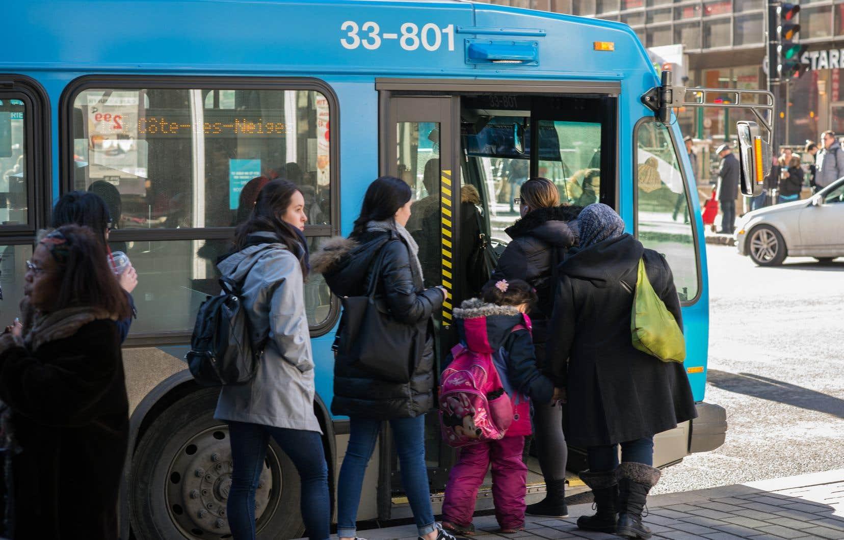 L'obligation de recevoir ou de donner un service public à visage découvert à moins d'obtenir un accommodement de la part de l'État frôle la limite de la Constitution du Canada, affirme Philippe Couillard.