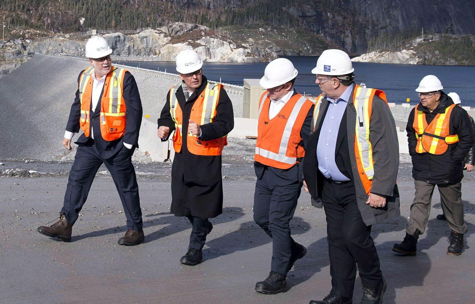 Le premier ministre Philippe Couillard (à gauche) était présent jeudi à l'inauguration de la centrale Romaine-3, sur la Côte-Nord.