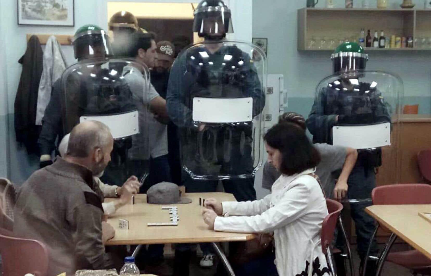 Quand la Garde civile espagnole est arrivée à Sant Iscle, sur les lieux du scrutin, pour confisquer les urnes, elle s'est retrouvée devant… un tournoi de dominos.