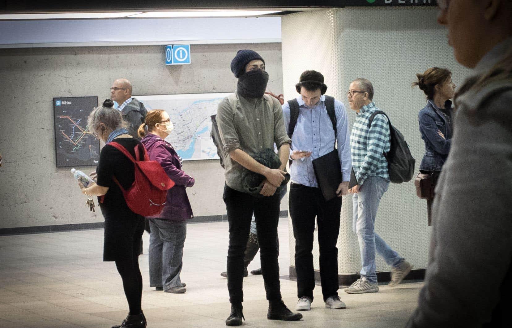 Au lendemain de l'adoption de la loi sur la neutralité religieuse, des usagers de la STM se sont présentés jeudi le visage voilé dans les autobus et les stations de métro pour protester contre l'exigence de montrer son visage pour recevoir des services publics.