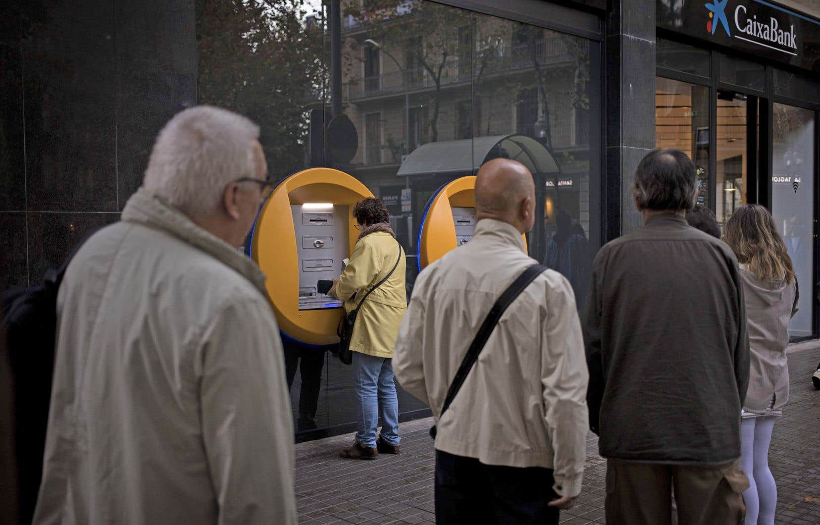 Les Catalans ont fait la file devant les guichets vendredi.