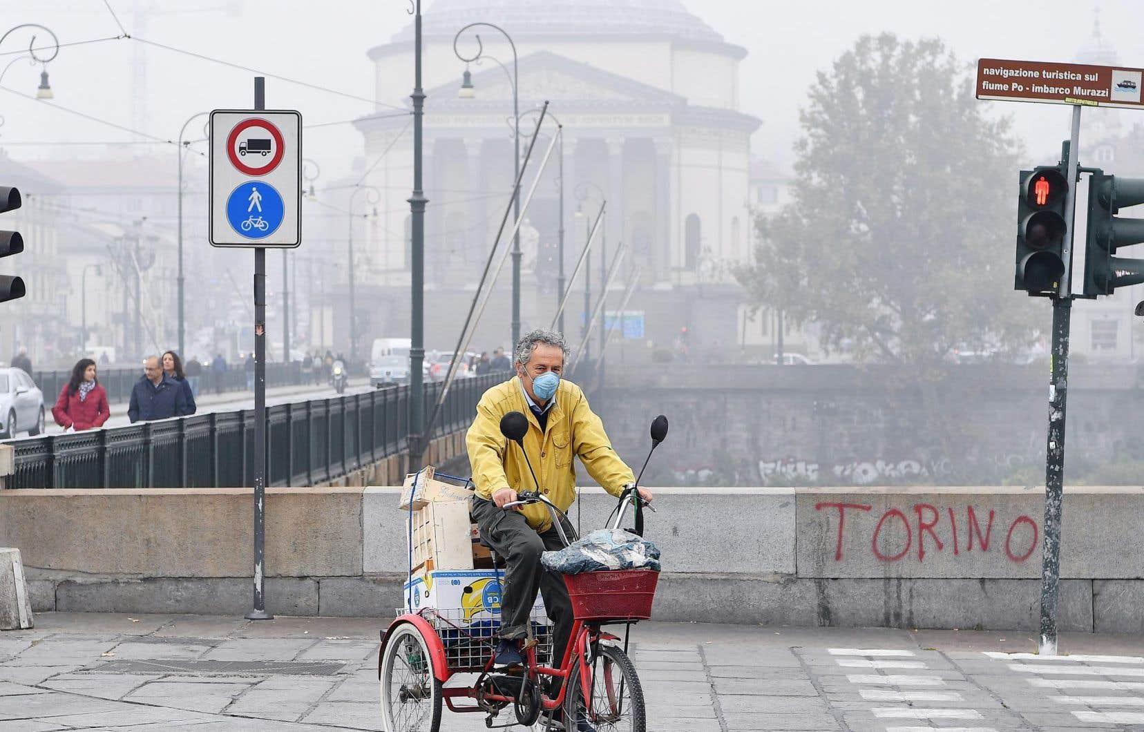Le smog a atteint des niveaux alarmants dans le nord de l'Italie ces derniers jours, conduisant la municipalité de Turin à appeler ses habitants à fermer les portes et les fenêtres, à rester à l'intérieur et à éviter les activités sportives.