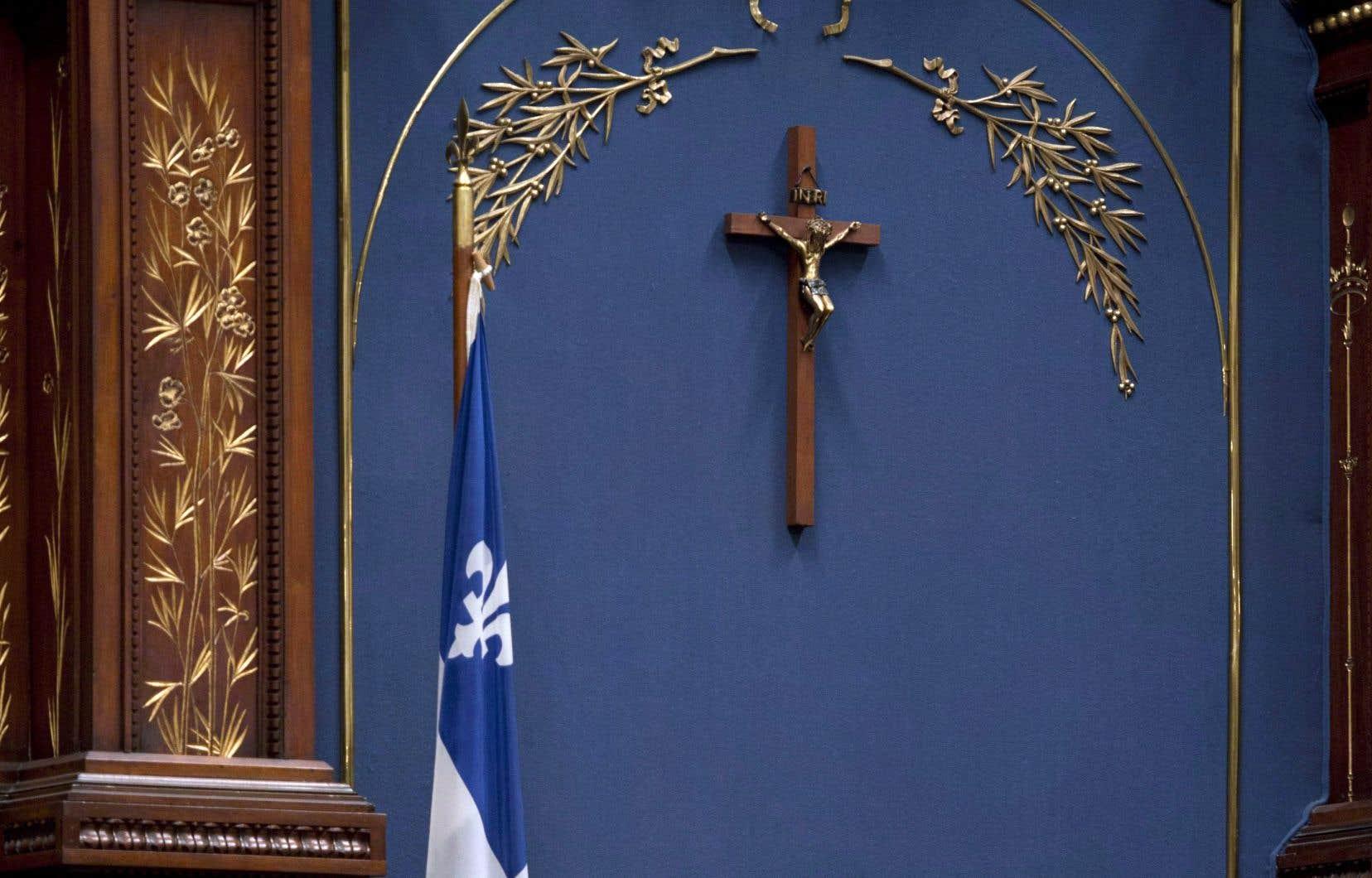Le crucifix a été placé bien en vue derrière le trône du président de l'Assemblée nationale par le premier ministre Maurice Duplessis en 1934.