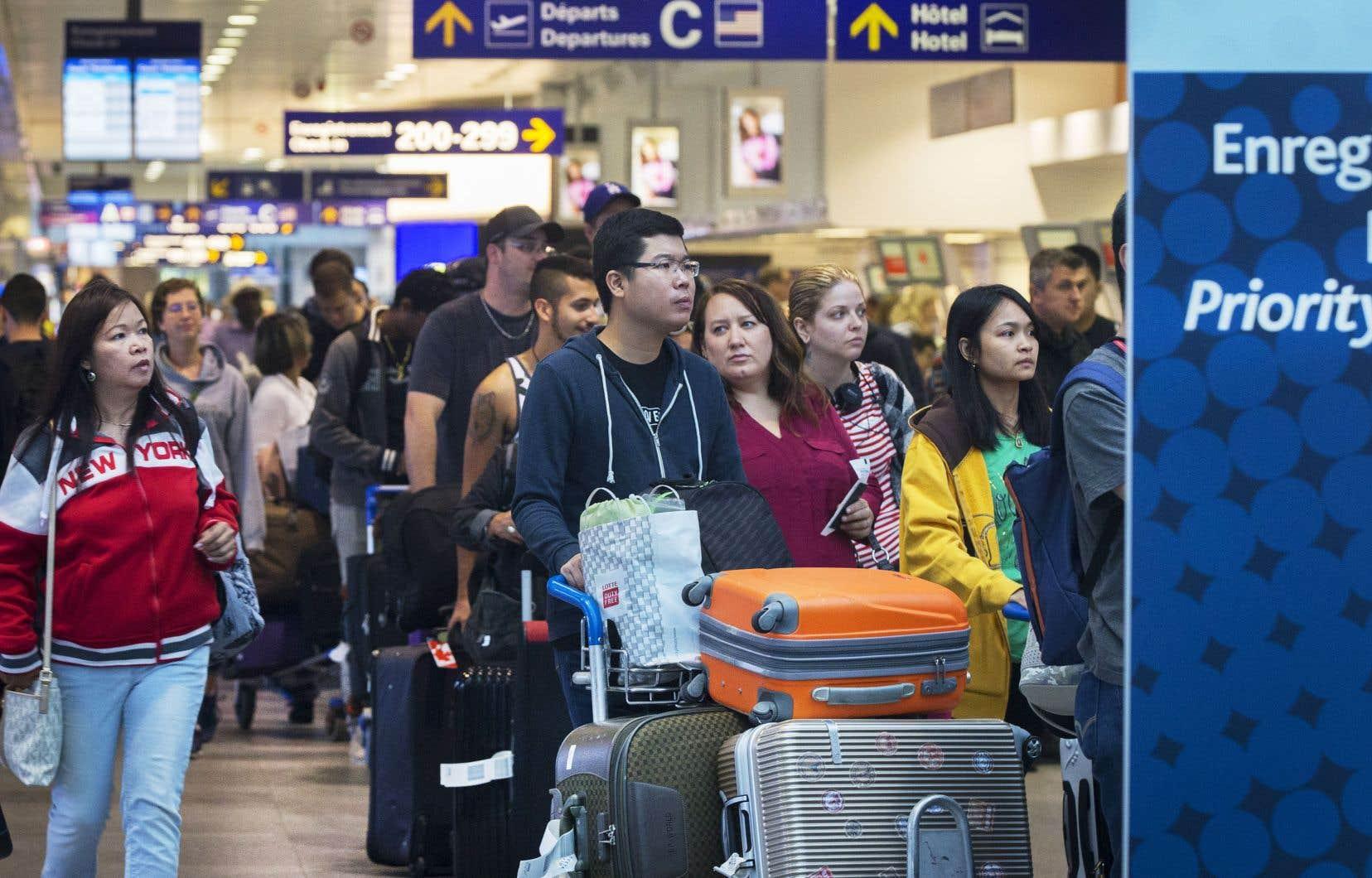 Air Canada et WestJet suggèrent aux voyageurs canadiens d'arriver à l'aéroport et de s'enregistrer deux heures avant l'heure prévue du départ, ce qui était déjà le cas auparavant.