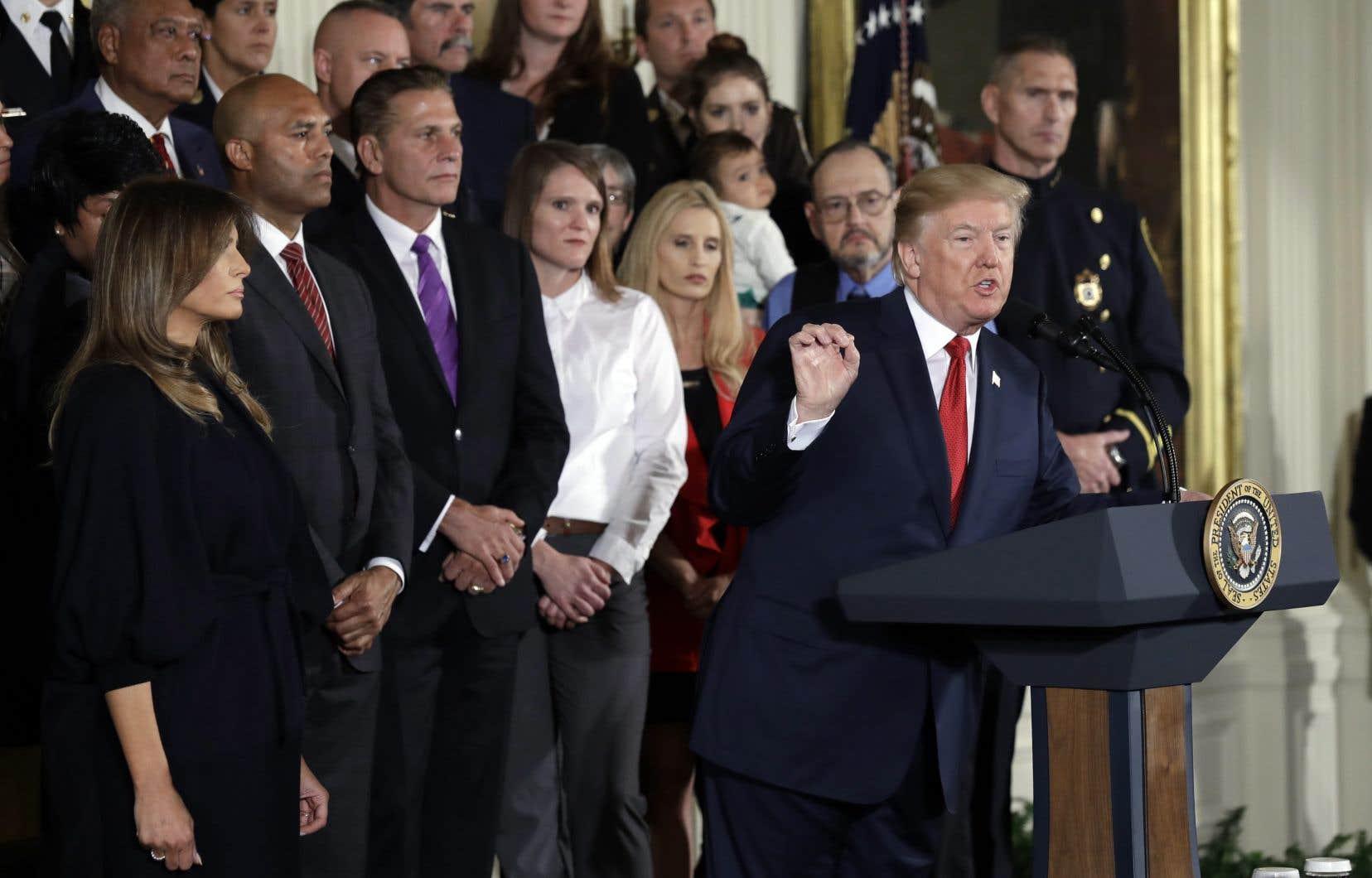 Donald Trump avait déjà reconnu en août que la crise des opiacés relevait d'une situation d'urgence nationale, mais il n'avait alors pris aucune décision formelle.
