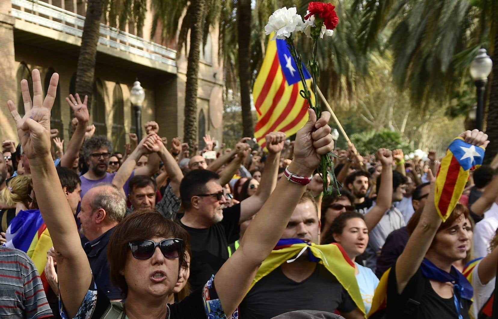 Plusieurs dizaines de milliers de manifestants indépendantistes ont salué par des clameurs l'annonce du résultat.