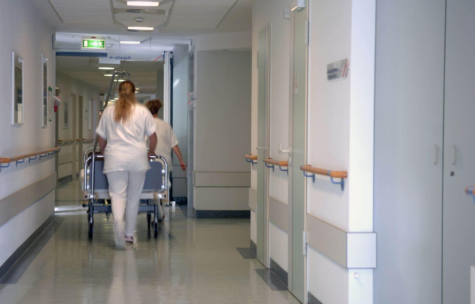 L'AMC estime que les aînés engorgent les hôpitaux, alors qu'ils peuvent souvent être soignés chez eux.