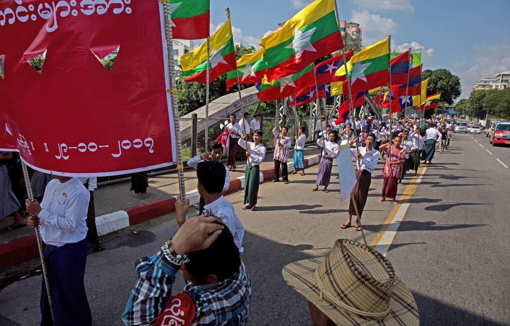 Les nombreux manifestants brandissaient, dimanche, de nombreuses banderoles pour soutenir le commandant en chef de l'armée myanmaraise, le général Min Aung Hlaing.