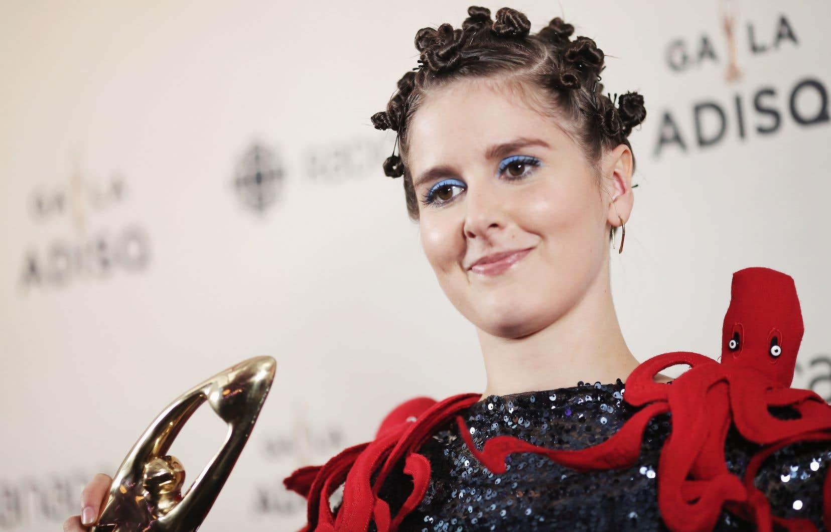 Klô Pelgag, lauréate du Félix de l'auteur ou compositeur de l'année, devient la première femme à gagner ce prix depuis 24 ans.