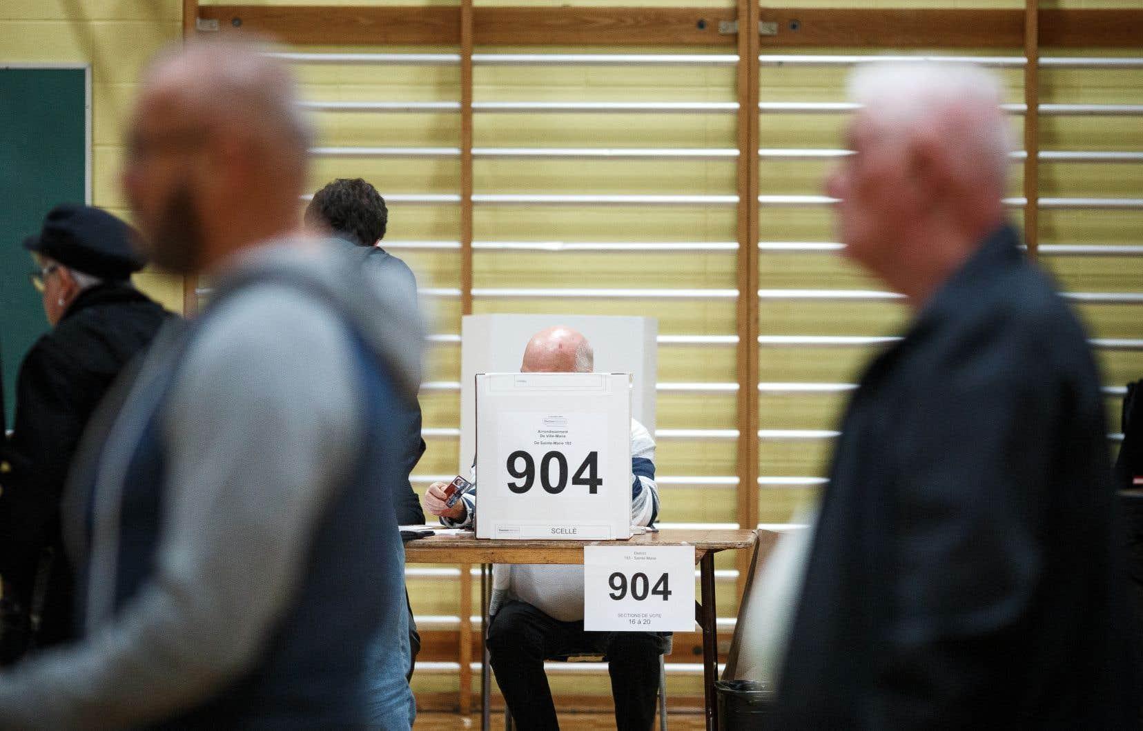 Le vote par anticipation s'est déroulé dans quelque 900 municipalités aux quatre coins de la province dimanche.