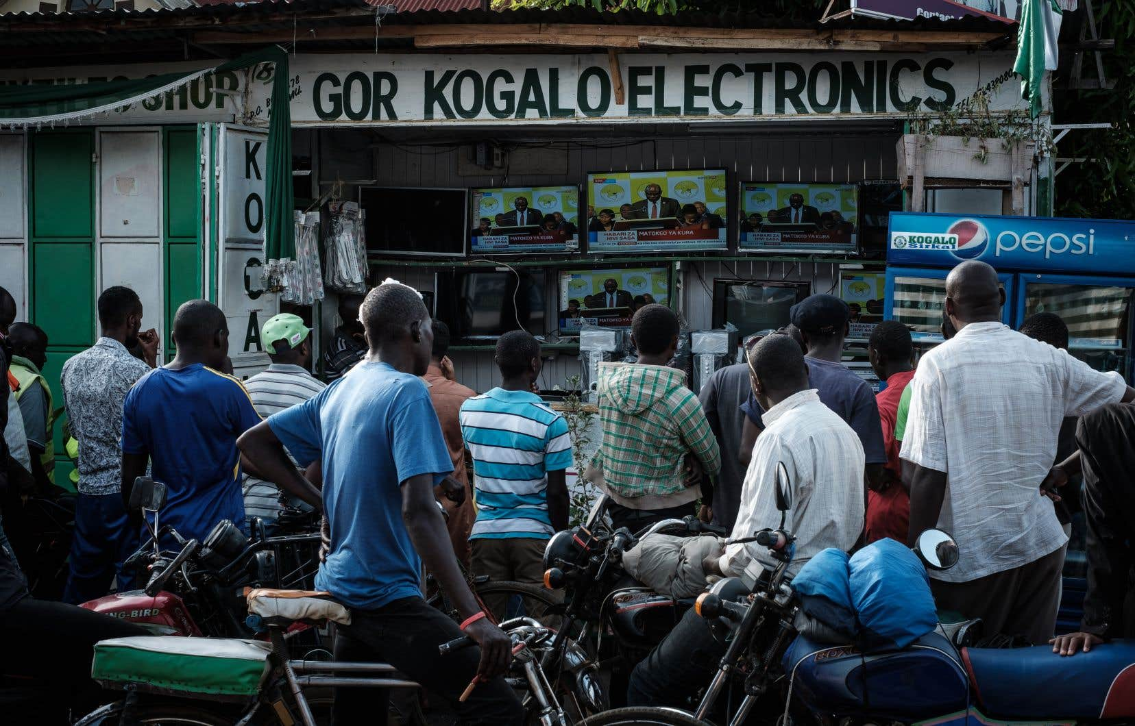 Des Kenyans suivent à la télévision les résultats du second scrutin présidentiel, remporté par le président sortant Uhuru Kenyatta, dans la ville de Kisumu, le 30 octobre.