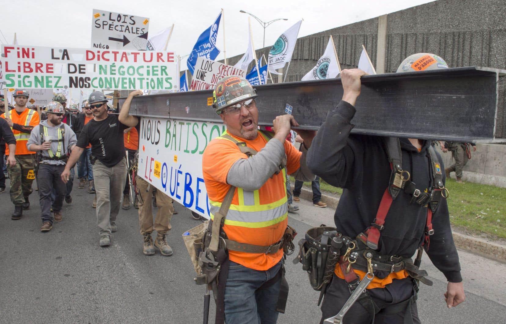 Des travailleurs de la construction, le 25 mai dernier pendant la grève. La loi spéciale avait mis fin à la grève le 30 mai et donnait aux parties concernées jusqu'au 30 octobre pour conclure une entente.