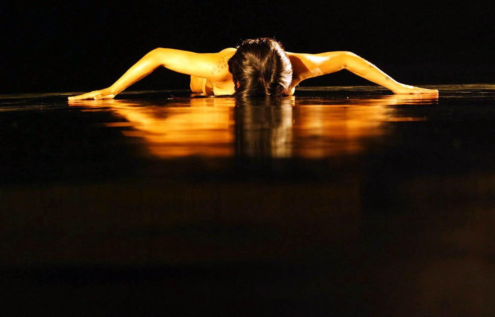Daina Ashbee dans «Serpentine» installe le corps nu d'Areli Moran dans un couloir d'huile sur un long pan de la scène.