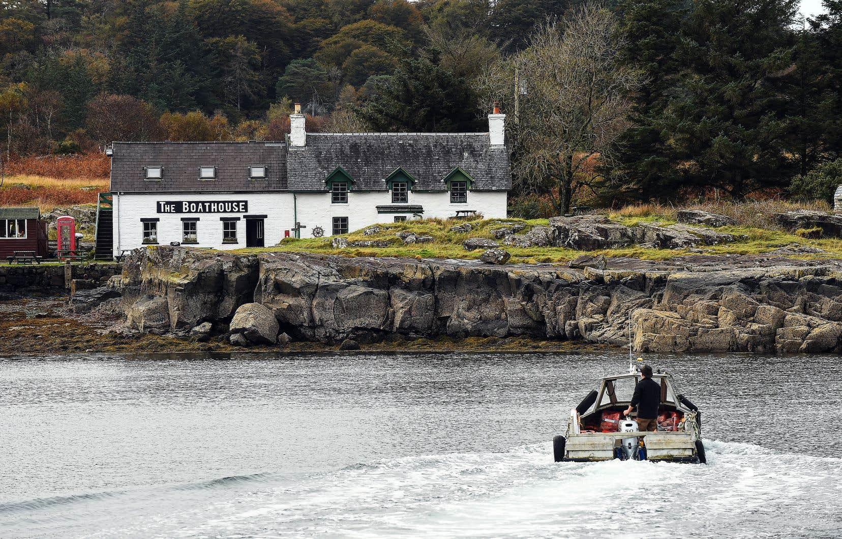 L'île, tapissée de plages immaculées, de collines luxuriantes et de côtes escarpées a été mise sur le marché cette année après avoir été la propriété d'une famille aristocratique pendant des décennies.