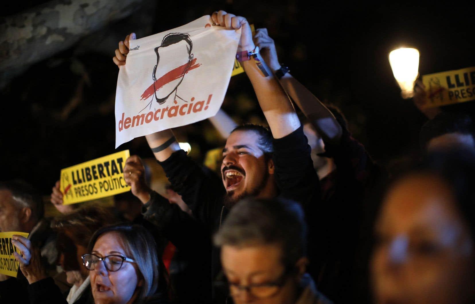 Des manifestants se sont rassemblés jeudi devant le Parlement catalan pour protester contre la décision d'un juge d'emprisonner les ex-membres du gouvernement catalan.