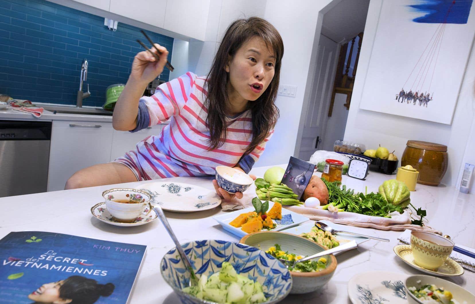 Passionnée par la langue et l'art culinaire, par tout ce qui rassemble et permet de transmettre la culture, l'auteure Kim Thúy nous invite dans sa cuisine, lieu de toutes les confidences.