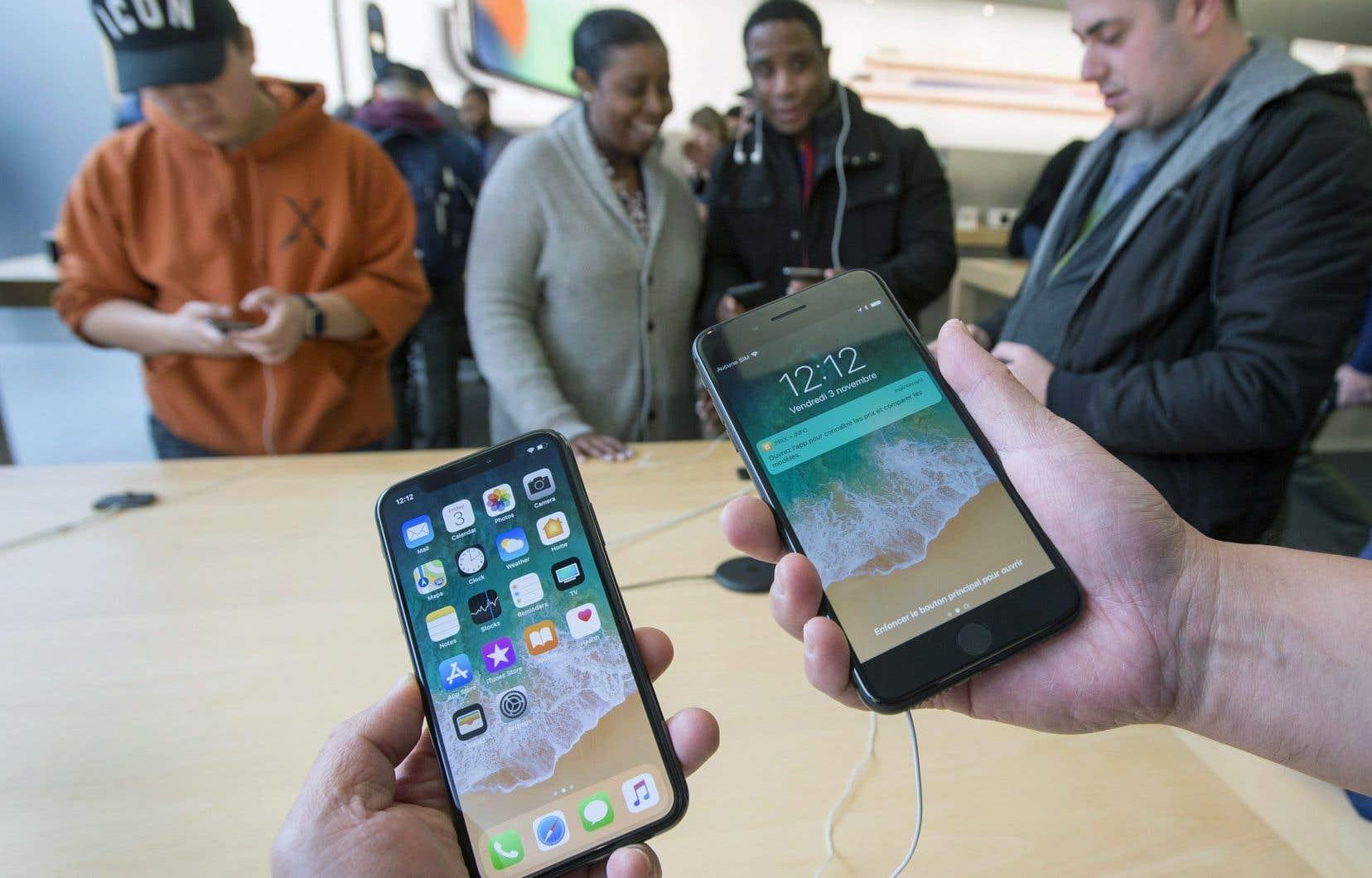 Certains clients d'Apple ont pu constater, vendredi à Montréal, que l'écran de l'iPhone X (à gauche) ne comporte plus de bouton central, contrairement à celui de l'iPhone 8 (à droite).