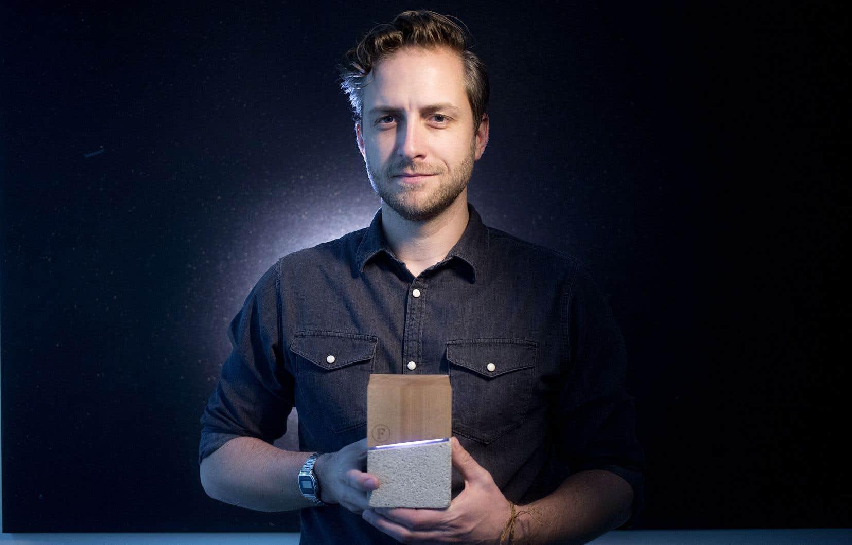 Le thanatologue et chef de l'entreprise Fragment, David Beaulieu, a créé l'objet connecté Concrete and Lightx pour faciliter le cheminement personnel du deuil.