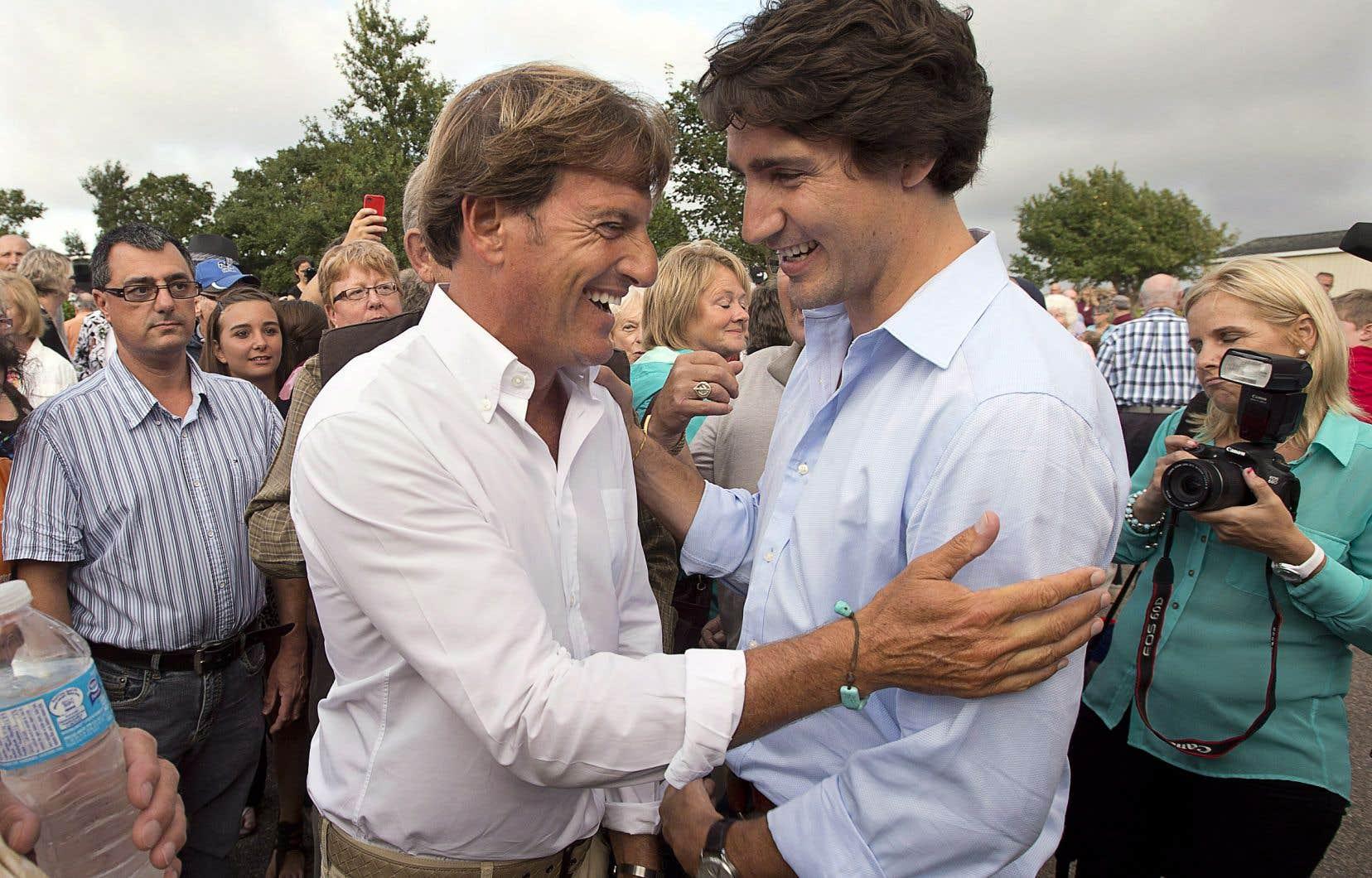 Le premier ministre Justin Trudeau discute avec Stephen Bronfman à l'occasion d'une fête organisée par ce dernier à St. Peters Bay à l'Île-du-Prince-Édouard en août 2013.