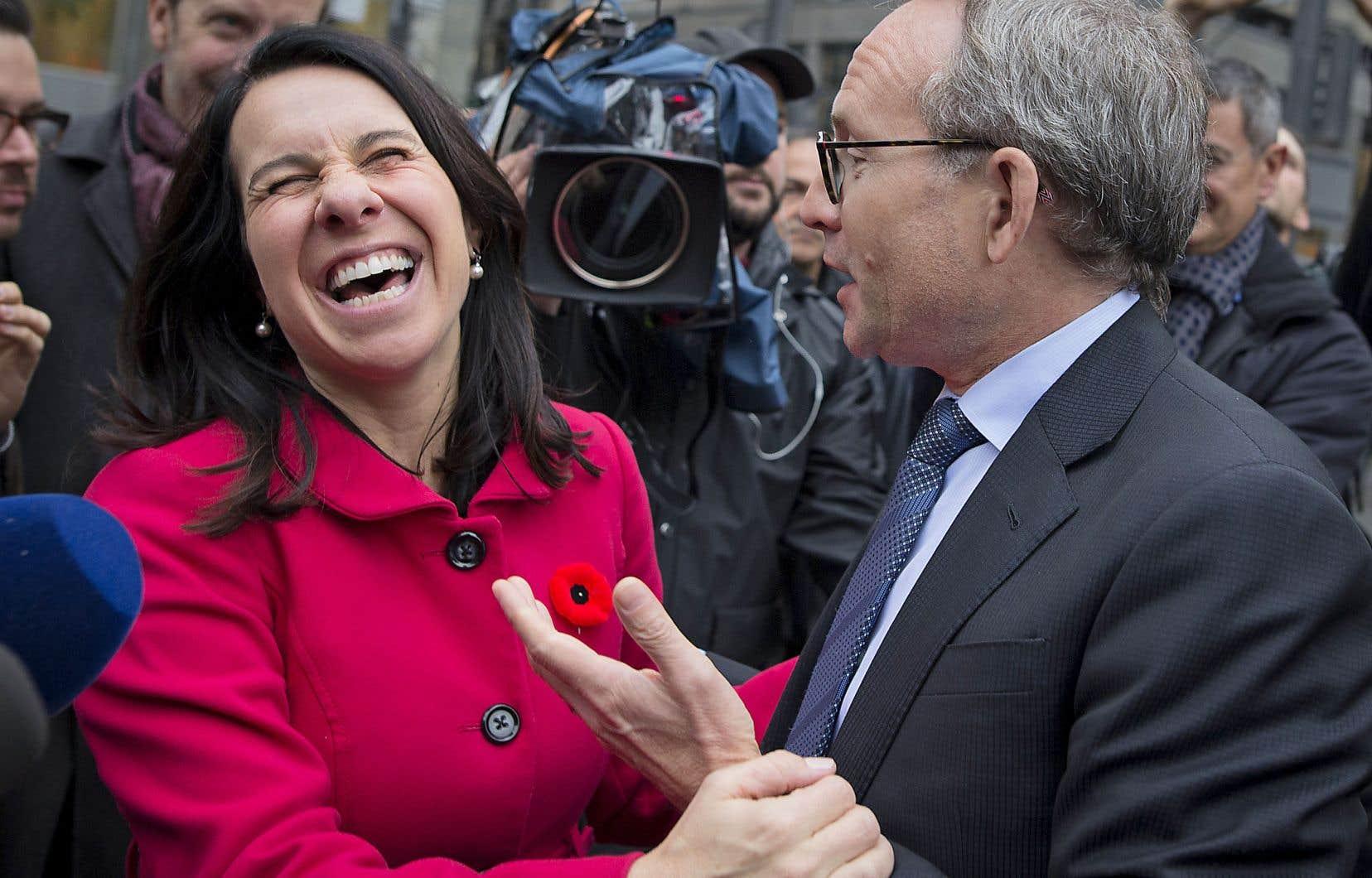 Lundi matin, la nouvelle mairesse de Montréal, Valérie Plante, était dans la rue pour remercier les électeurs. Le ministre des Affaires municipales, Martin Coiteux, est allé à sa rencontre pour lui réitérer ses félicitations.