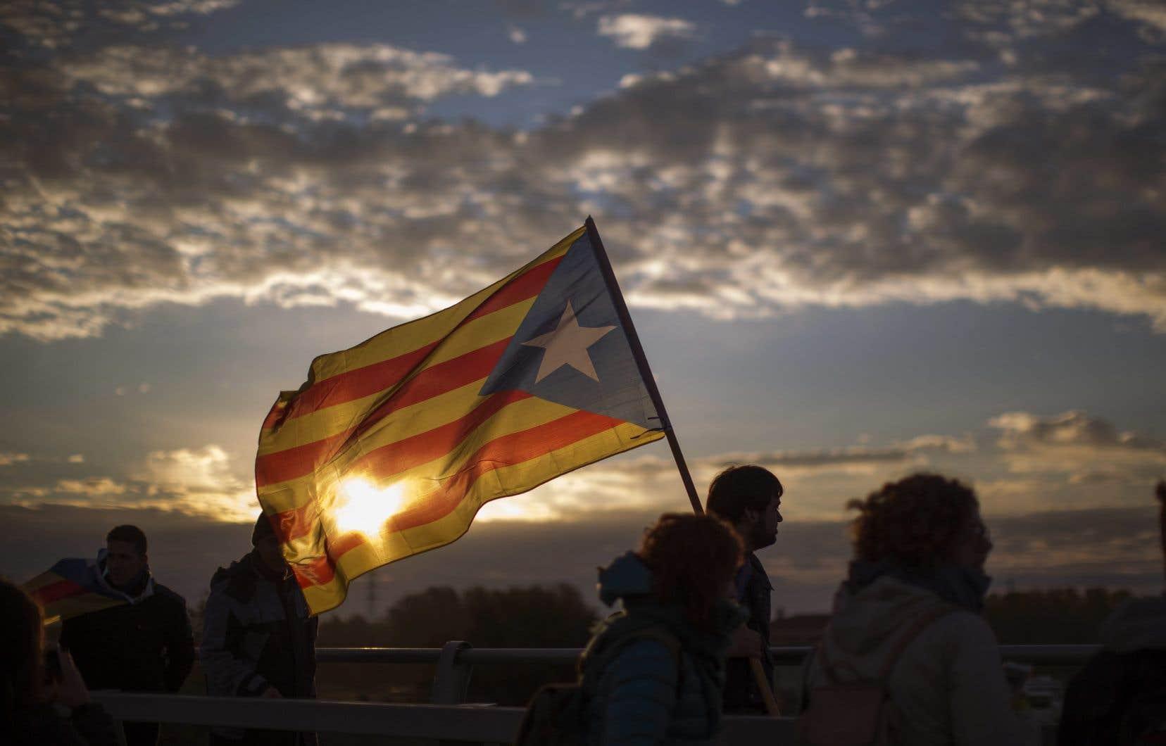 La décision survient alors qu'un appel à la grève lancé par un syndicat indépendantiste affectait le trafic routier et ferroviaire en Catalogne.