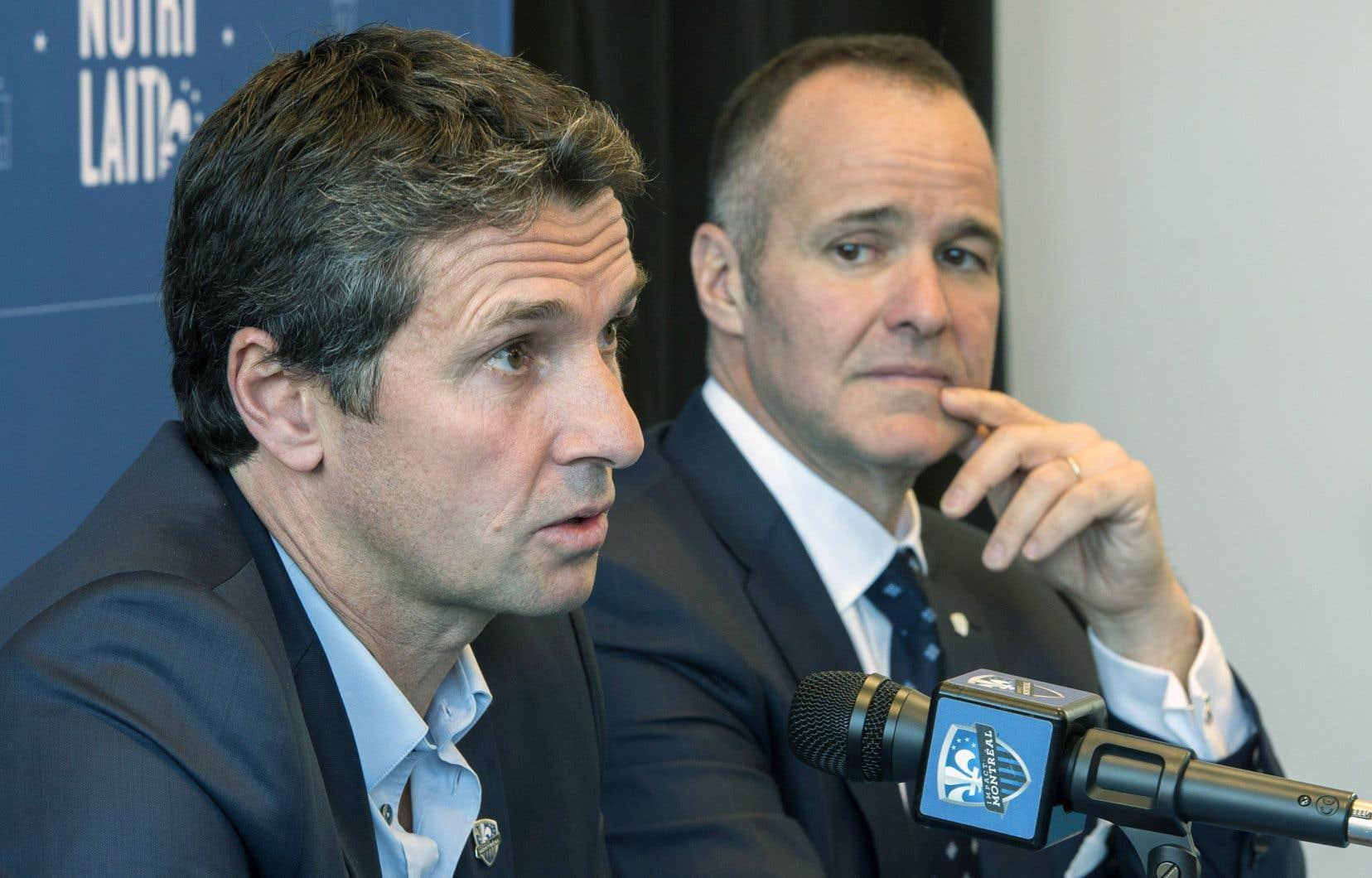 Le président de l'Impact, Joey Saputo (à droite), a annoncé l'embauche du Français Rémi Garde au poste d'entraîneur désigné.