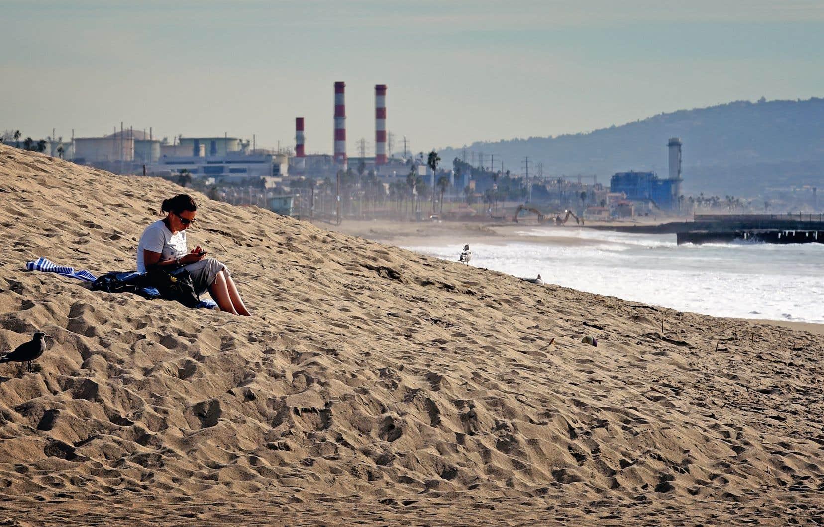 Une femme à la plage Playa Del Rey, à Los Angeles, en Californie. La Californie n'en est pas à ses premières explorations extrafrontalières en matière de lutte contre les changements climatiques.