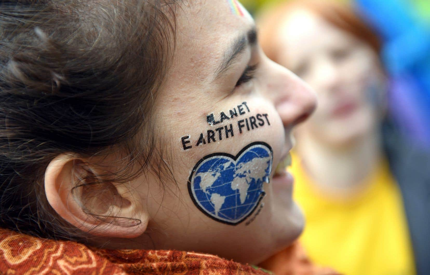 Une manifestante pendant un événement organisé par Greenpeace, à Bonn en Allemagne, en marge de la 23e Conférence des Nations unies sur les changements climatiques