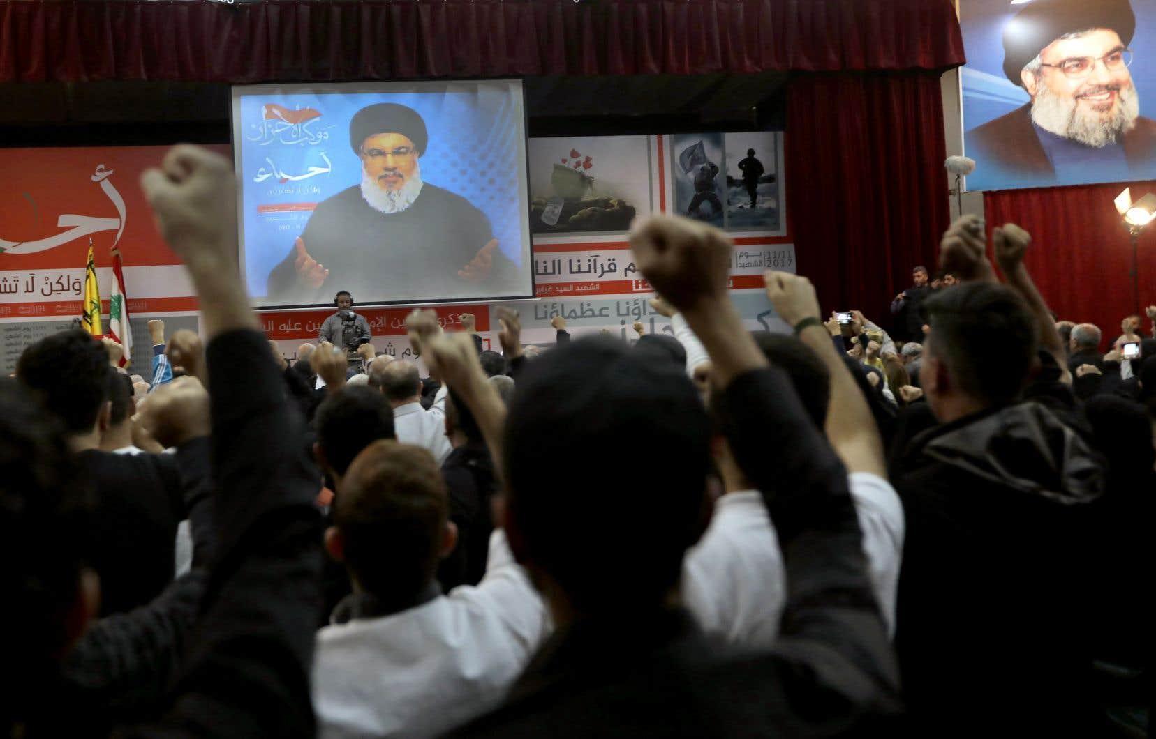 Une foule était réunie à Beyrouth pour écouter la diffusion de l'allocution du chef du Hezbollah, Hassan Nasrallah.