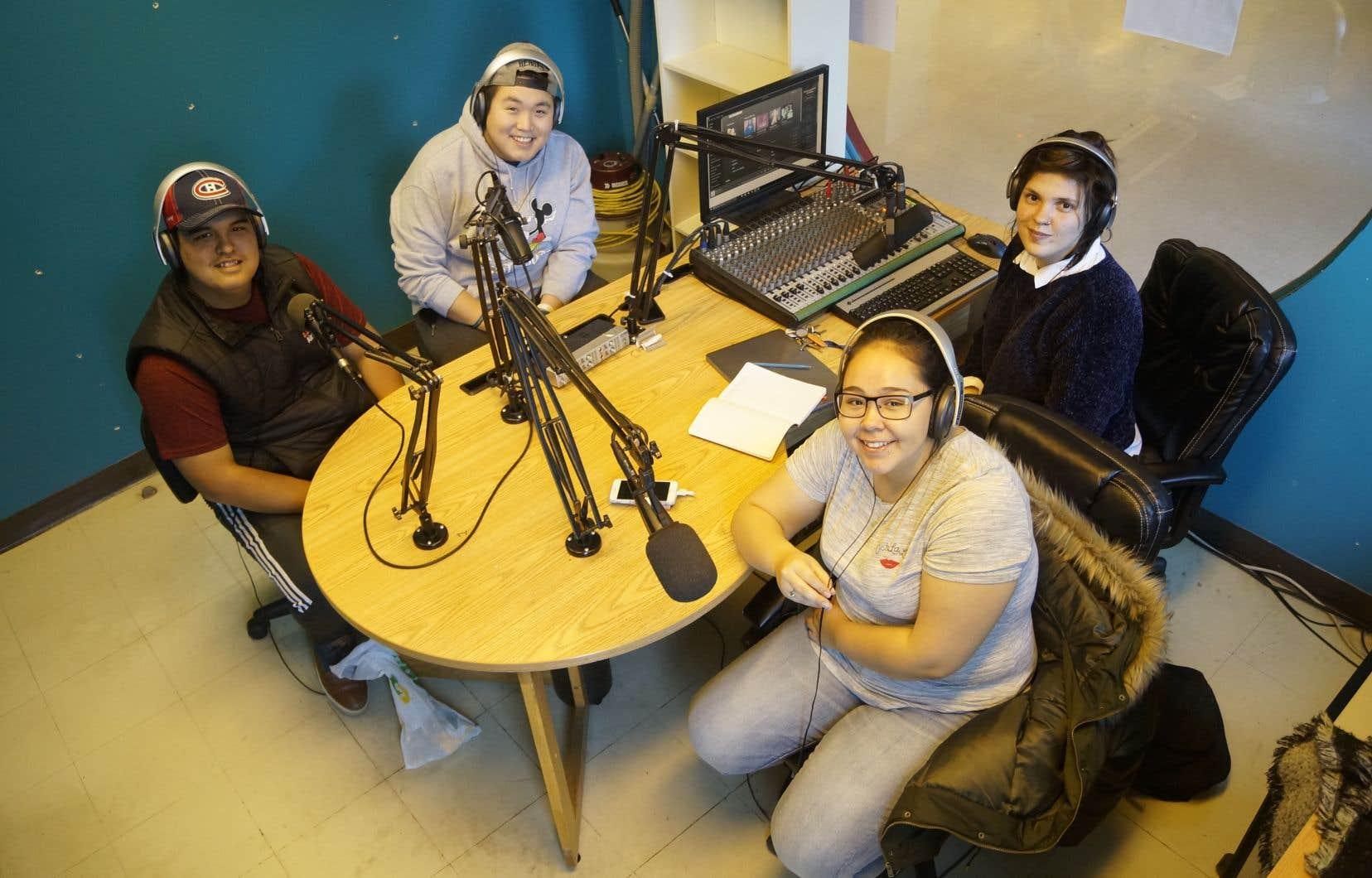 Des étudiants inuits animent une émission de radio en français chaque semaine au Collège Montmorency avec l'animatrice de la Commission scolaire Kativik Caroline Boisclair.