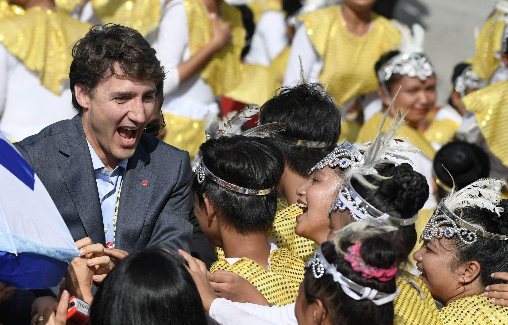 Justin Trudeau a salué des danseurs qui ont offert une performance lors de son arrivée dans la province de Pampanga, aux Philippines, dimanche.