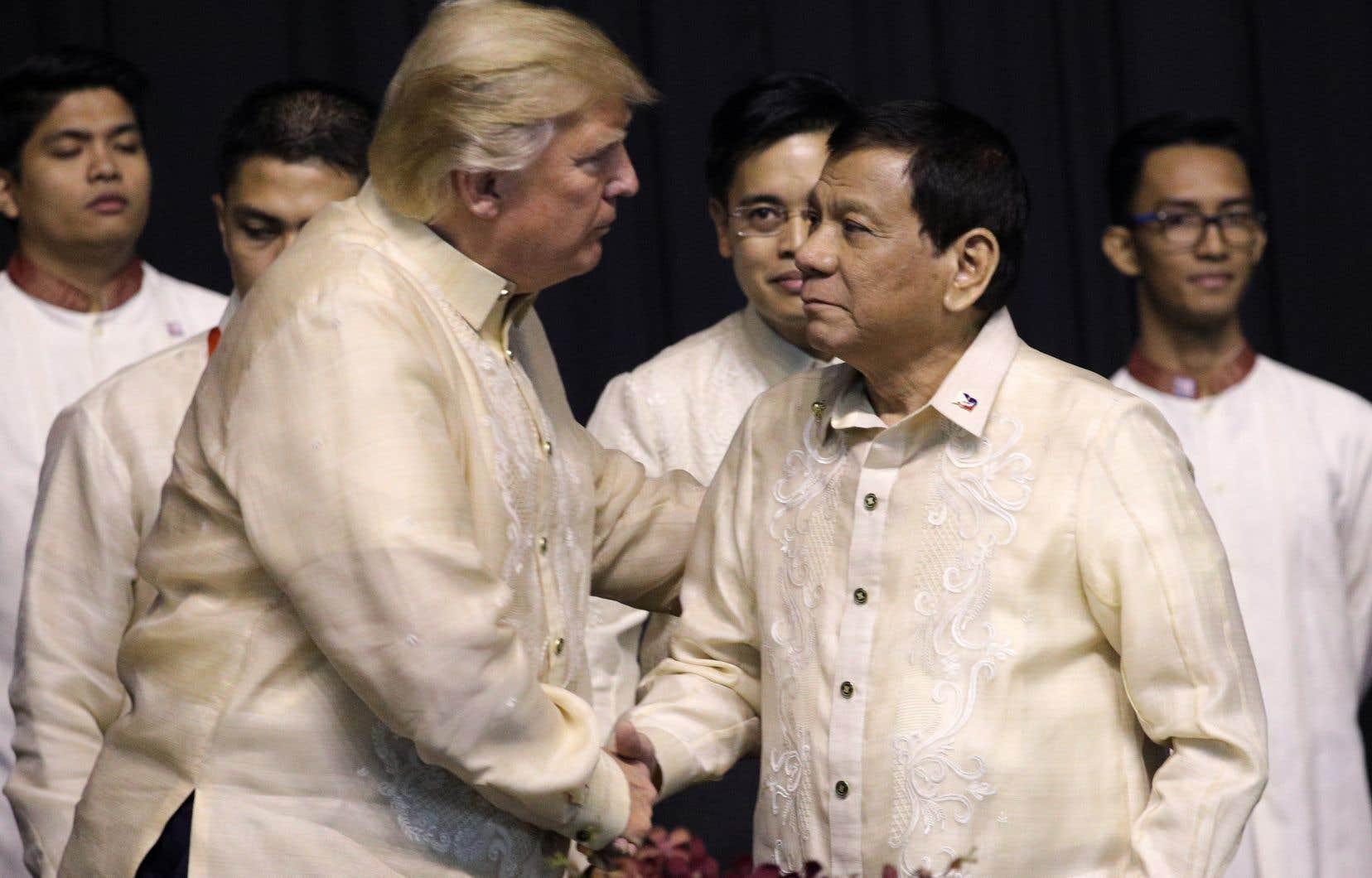 Rodrigo Duterte (à droite) avait été élu après avoir promis d'éradiquer le trafic de drogue en faisant abattre jusqu'à 100 000 trafiquants et toxicomanes présumés.