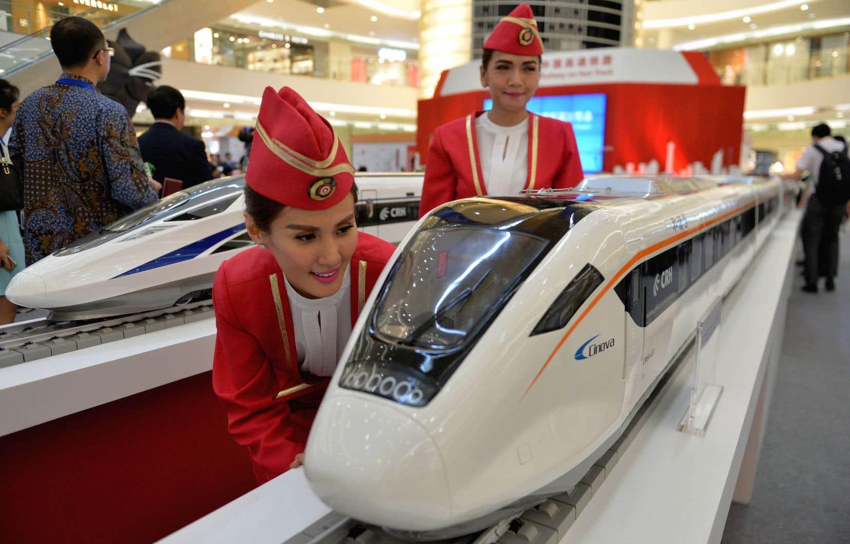 Pékin a décroché le contrat pour construire la première ligne de chemin de fer à grande vitesse d'Indonésie, dont les plans étaient présentés dans un centre commercial de Jakarta, en août 2015.
