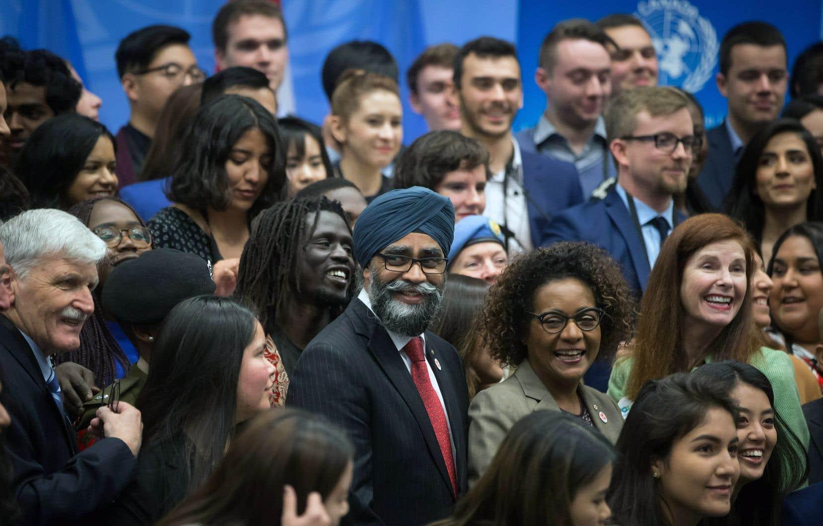 Le ministre canadien de la Défense, Harjit Sajjan, la secrétaire générale de la Francophonie, Michaëlle Jean, et le général à la retraite Roméo Dallaire ont participé mardi à une séance avec des jeunes engagés en faveur de la paix dans le cadre de la conférence ministérielle de l'ONU sur le maintien de la paix qui se tient à Vancouver.