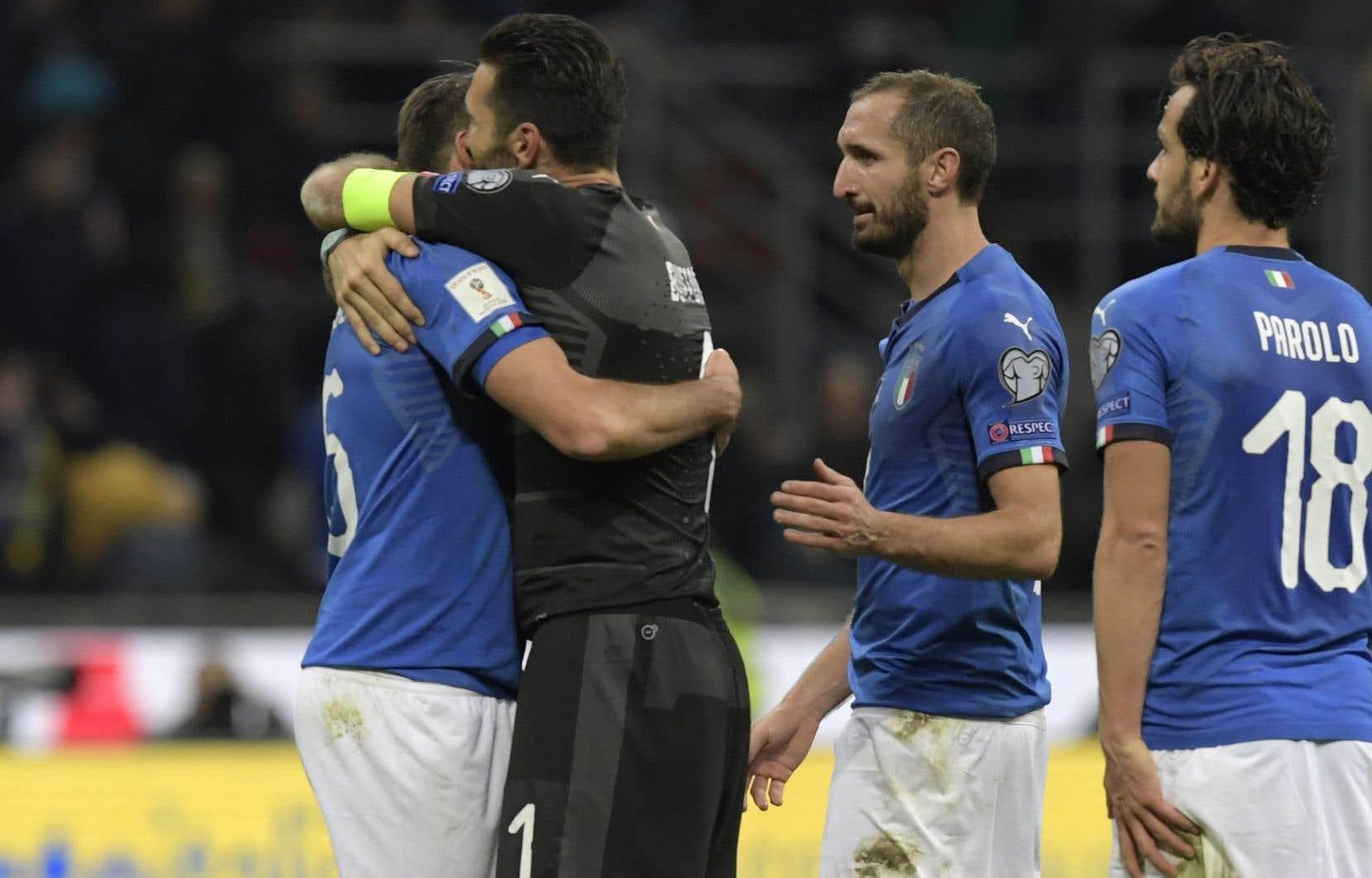Les joueurs italiens manifestent leur déception à la fin du match de qualification contre la Suède, le 13 novembre, au stade San Siro à Milan.