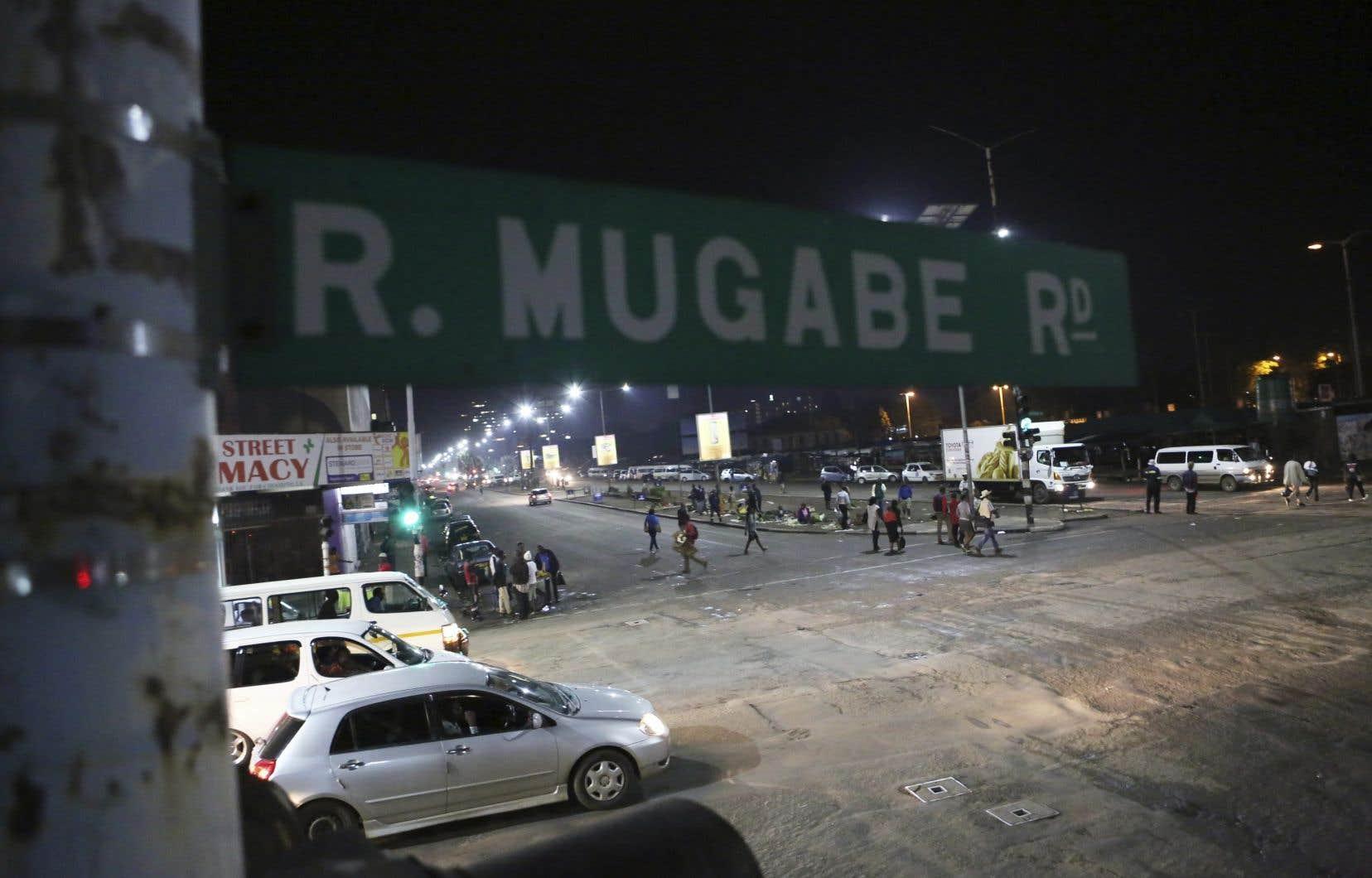 Une rue de la capitale Harare, mardi soir. Des véhicules militaires ont été aperçus dans les rues de la ville, tôt mercredi.