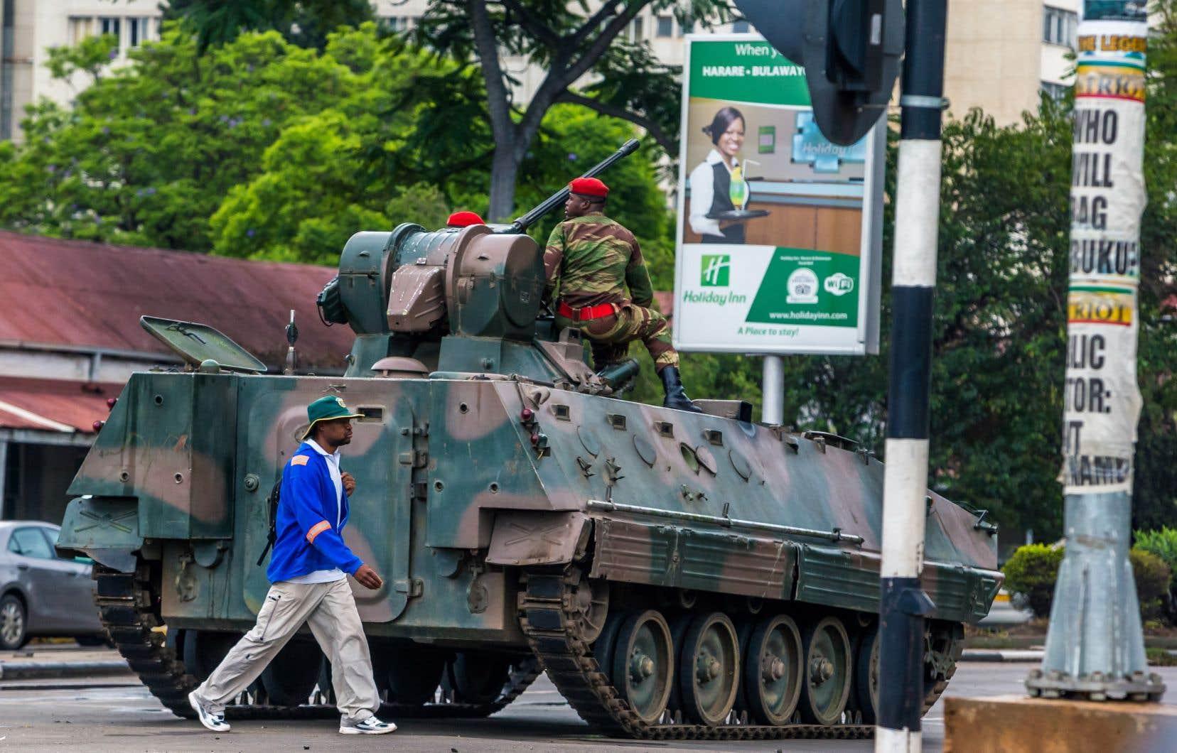 Les habitants de la capitale, Harare, ont contribué au calme en vaquant à leurs occupations habituelles, en dépit de la présence dans les rues de soldats armés montés sur des blindés.