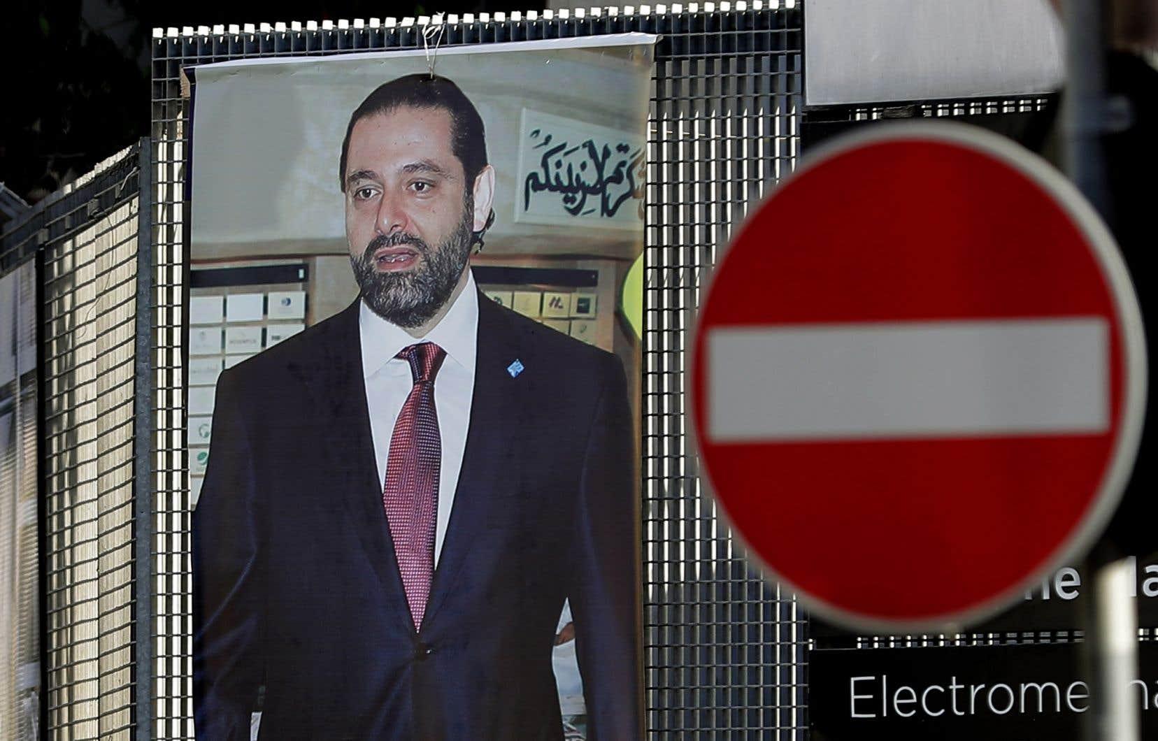 Une photo du premier ministre démissionnaireSaad Hariri orne une intersection de la capitale libanaise, Beyrouth.