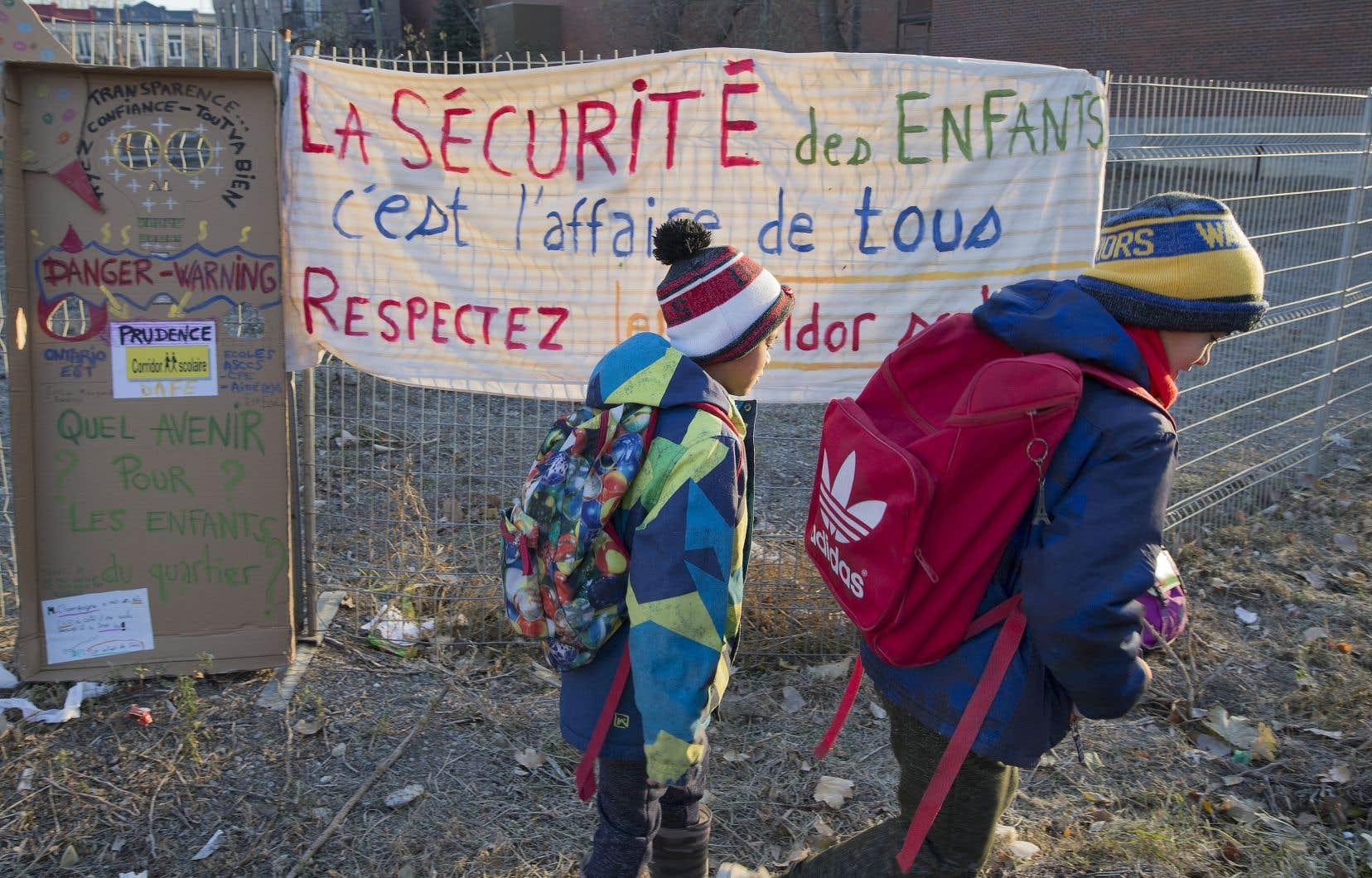 Les enfants de trois écoles environnantes utilisent le corridor scolaire qui passe devant la porte d'injectionde Spectre de rue.