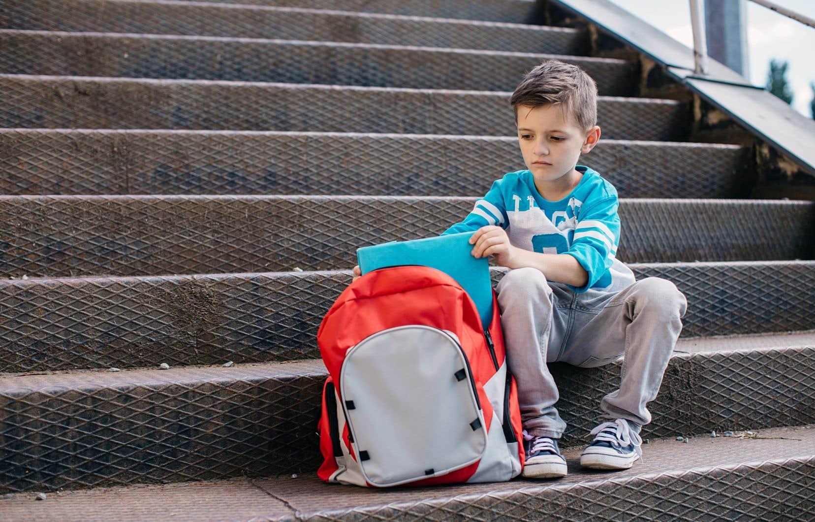 Des recherches internationales montrent que les troubles de comportement et d'apprentissage des garçons à l'école ont des liens avec la construction de leur identité masculine.
