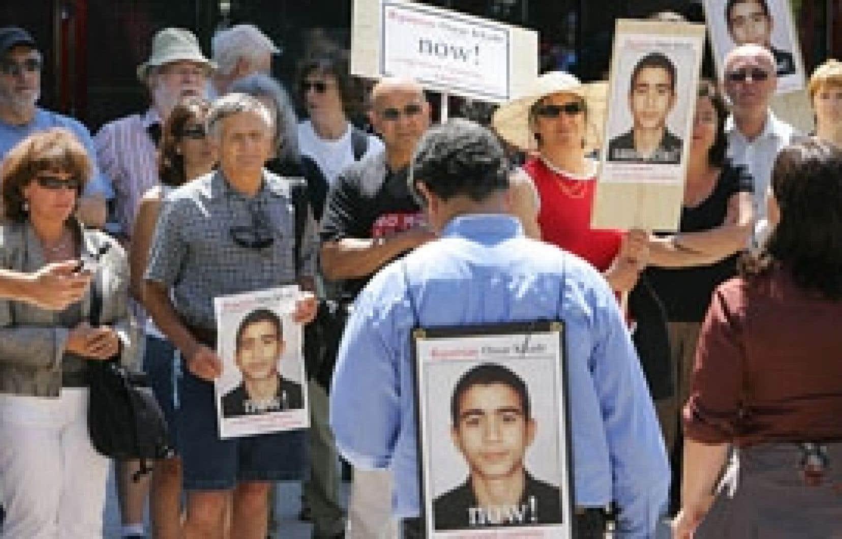 La population est  en désaccord avec Ottawa en ce qui a trait à Omar Khadr, ce jeune ressortissant canadien toujours emprisonné à Guantánamo. Sur cette photo, une manifestation tenue en juillet dernier à Montréal pour demander le rapatriement du j
