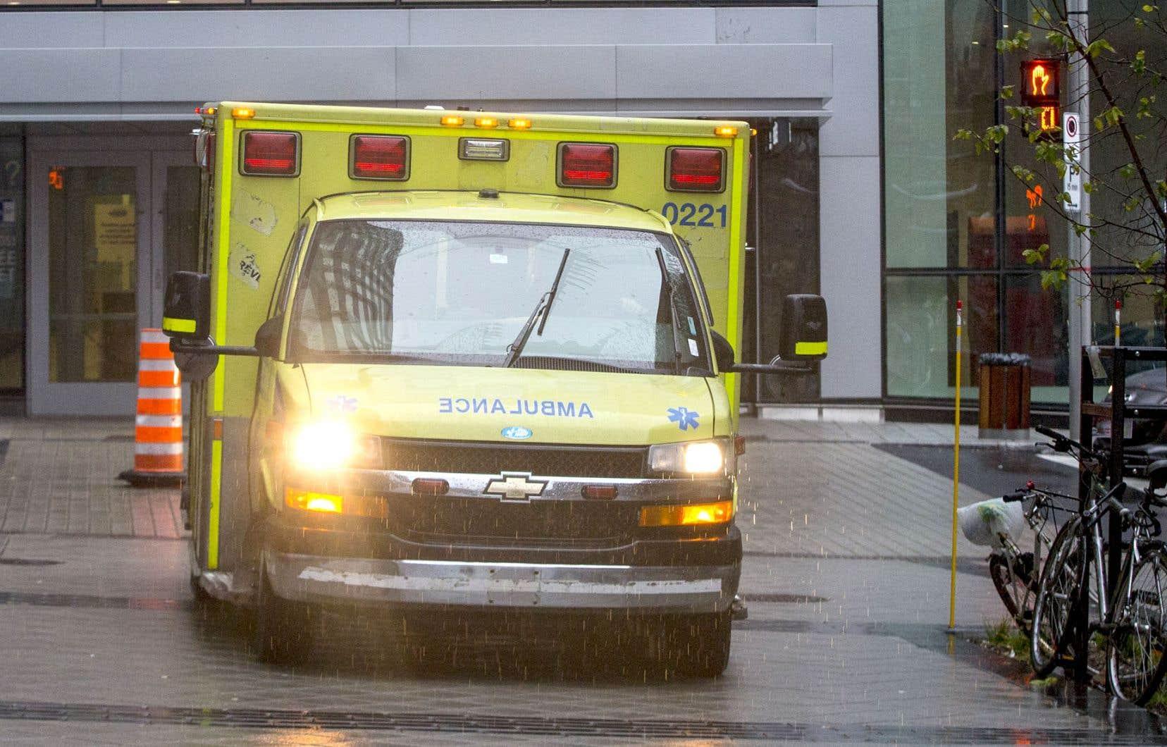 LA FPHQaffirme réclamer en vain depuis des mois au ministre Barrette une hausse du nombre d'ambulances pour couvrir le territoire de la capitale.